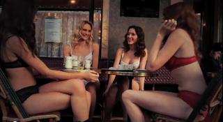 Mannequins en lingerie dans un bar